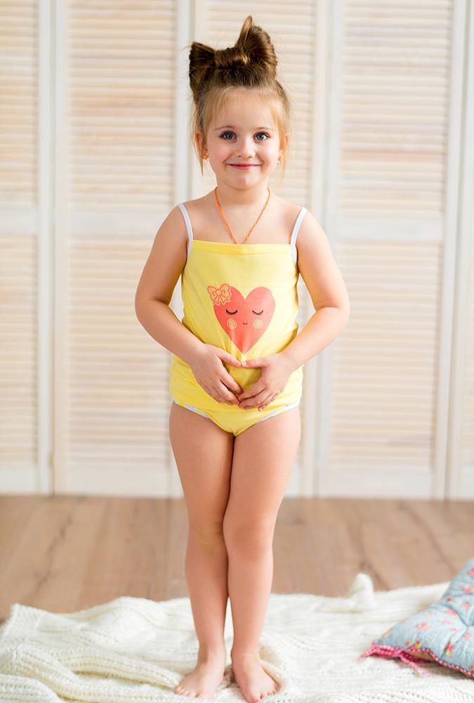 молодая девочка в трусиках раздвигает ноги