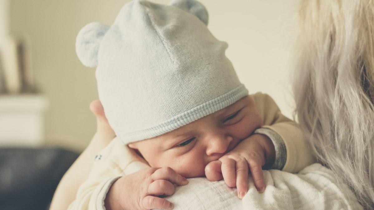 Выбираем одежду для новорожденного: секреты опытных мам