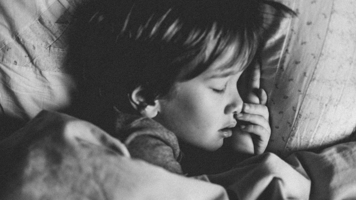 Что делать, если ребенок спутал день с ночью?